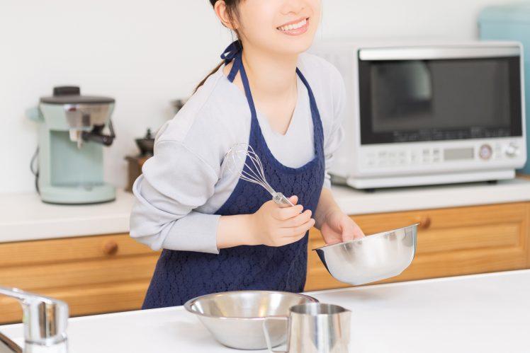 料理をする人妻AV女優